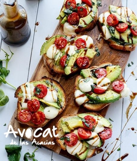 ¿Una merienda simple? Qué tal una bruschetta de tomates grillados con un guacamole cremoso de #aguacatehass para esta hora.