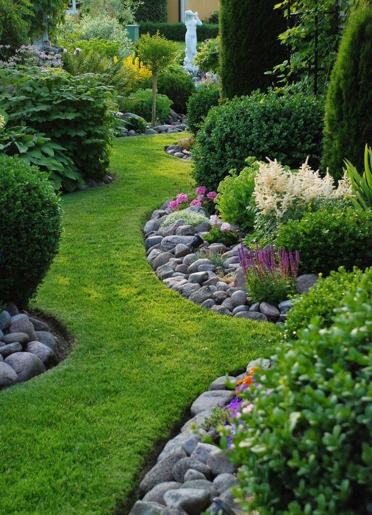 Natural Looking Garden Edging - river rocks used along grass garden paths - Stenlycka.blogspot