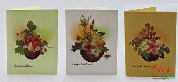 Kartu kecil berukuran 7 x 10 cm, yang dirangkai bunga kering di atasnya