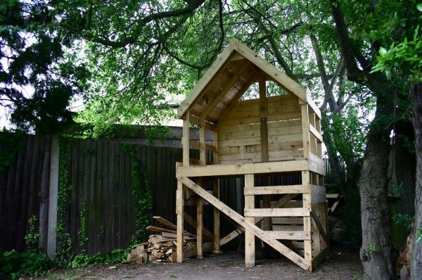 tree hutt 600x398 Pallet hut in pallet garden pallet kids projects with Hut