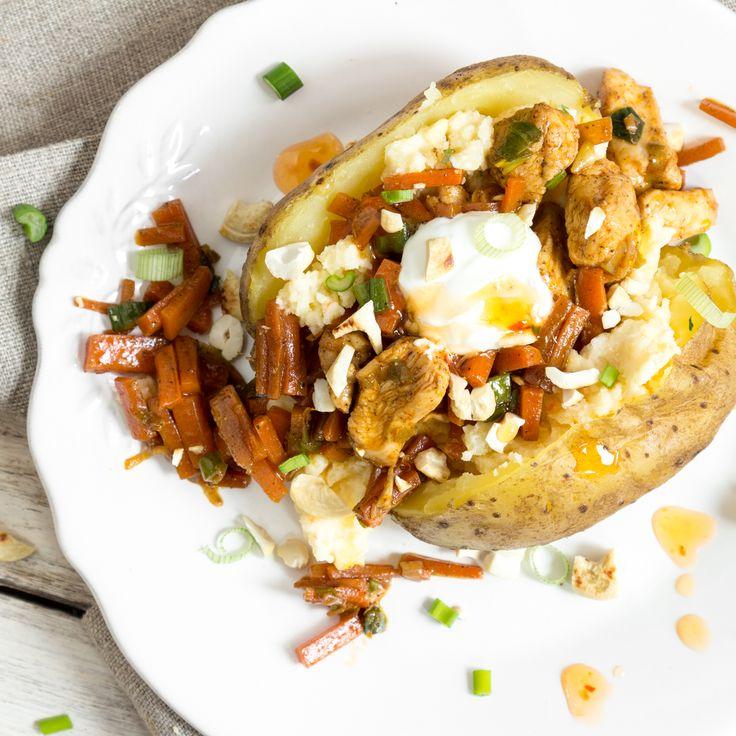 Ofenkartoffel á la Pollo: Mit einer Füllung aus saftigem Hähnchenfleisch, knackigen Karotten, Frühlingszwiebeln,Sweet-Chilli Sauce und Kräuterquark.