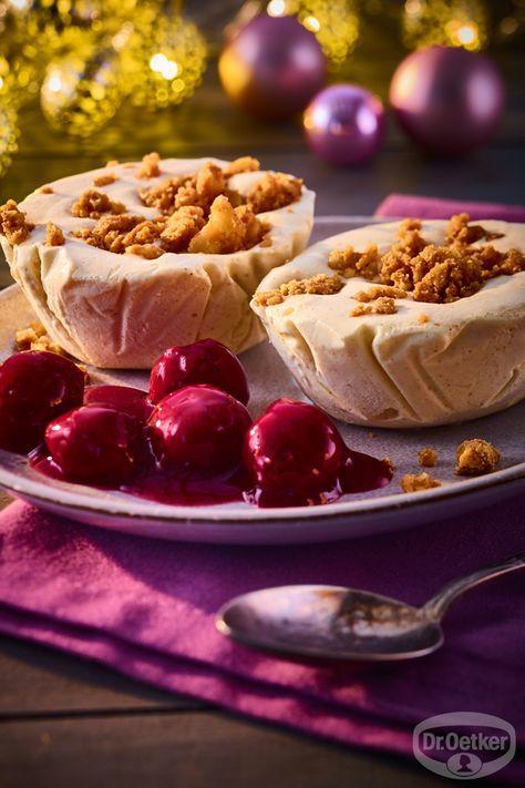 Cremiges Zimteis mit Glühwein-Kirschen: Vanille-Eis mit Zimtnote und karamellisierten Walnüssen