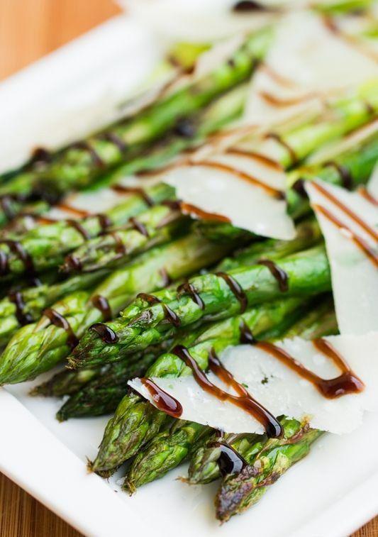 La recette: Asperges vertes grillées au parmesan, citron et crème de balsamique. © DR
