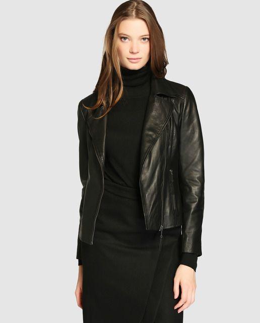 Cazadora perfecto básica, realizada en piel en color negro.