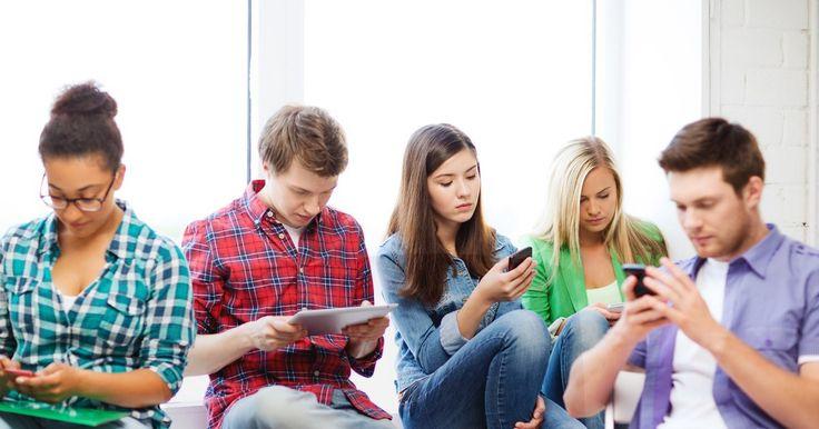 Как смартфоны влияют на людей? Чрезмерная привязанность к смартфону вредит людям, заявляют сотрудники Бингемтонского университета (Binghamton University), расположенного в Нью-Йорке. Если люди используют свои смартфоны постоянно – к этому более склонны женщины – это может привести к личным, социальным и рабочим проблемам. Руководитель работы Исаак Вагефи (Isaac Vaghefi) рассказал, что в последнее время телефон стал средством быстрого получения удовольствия – нейроны активизируются…