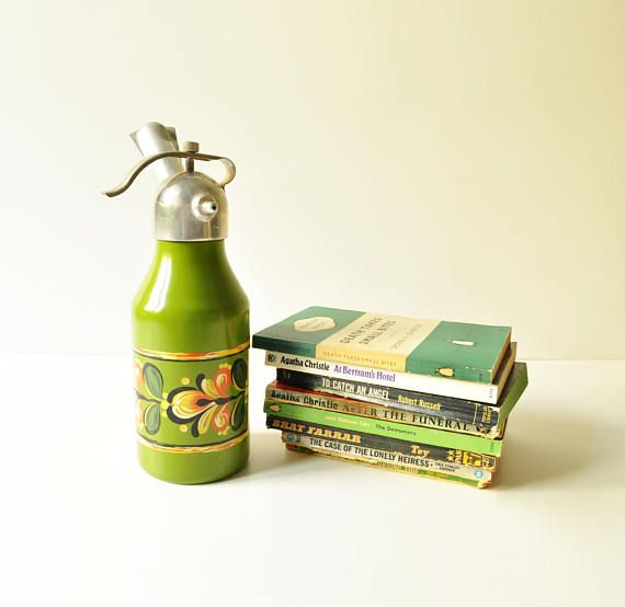 Gorgeous midcentury soda siphon in olive green color with lovely handpainted flowers. Its clean on the inside and in very good vintage condition on the outside. I havent tested it with soda siphon bulbs so I cant say if it is in working order.  It measures 27 in height. The base measures 8 cm in diameter.  Find more soda siphons here: https://www.etsy.com/listing/529660935/midcentury-golden-soda-siphon-seltzer  and here:   here: https://www.etsy.com/lis...