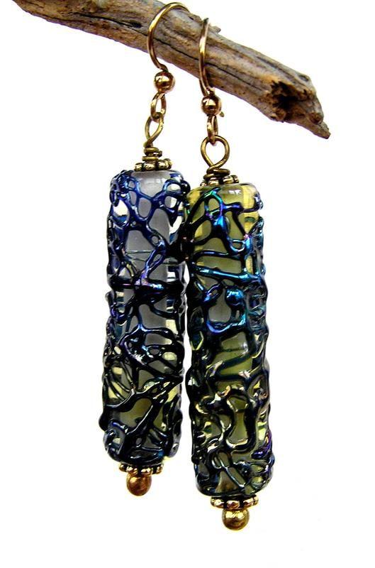 Серьги выполнены из стеклянных бусин lampwork c волшебным узором.  Фурнитура: позолота на латуни (швензы), латунь. Длина 5,5 см Серьги упакованы в ...