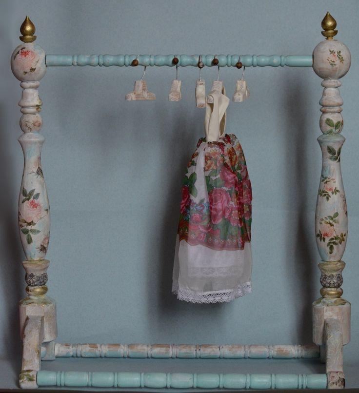 Вешалка-стойка / Кукольная мебель / Шопик. Продать купить куклу / Бэйбики. Куклы фото. Одежда для кукол