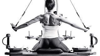 5. Günlük bir egzersiz uygulayın  Tatile çıkmadan bir personal trainer'dan size uygun program yazmasını isteyebilirsiniz. Ayrıca vücudu esnetmek rahatlamanızı ve stresten uzaklaşmanızı sağlayarak metabolizma üzerinde etki sağlar. Temel yoga hareketlerini uygulayabilir, dışarda açık havada yarım saatlik bir koşu yapabilir veya sadece ip atlayabilirsiniz, ne yaparsanız yapın önemli olan her gün yapmanız.