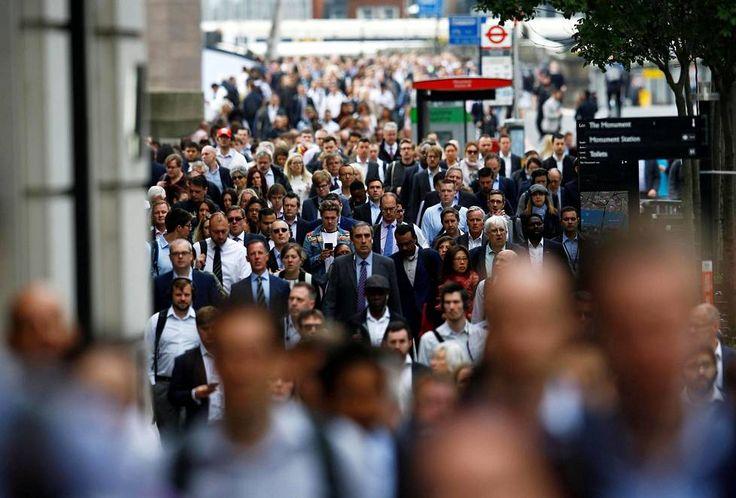 Töihin menevät ihmiset ylittivät London Bridgeä, joka avattiin jälleen lauantaisen terrori-iskun jälkeen maanantaina.