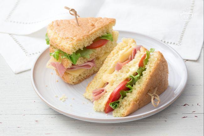 Il pan di Spagna salato è la versione salata della classica base da pasticceria, perfetta da farcire per una festa, magari con prosciutto e formaggio!