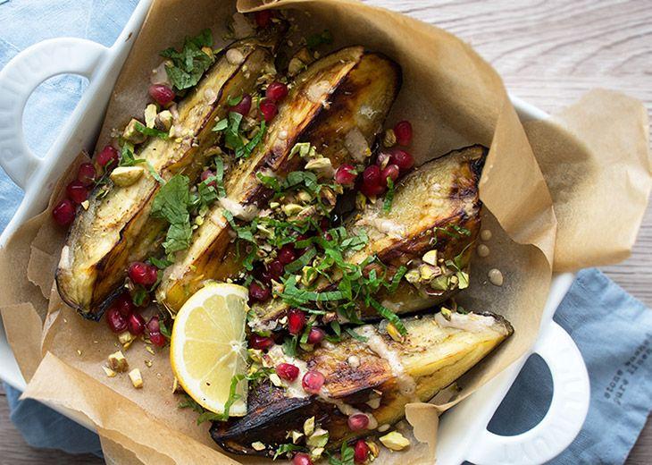 Skøn opskrift på grillet aubergine eller aubergine bagt i ovn - med en skøn tahindressing granatæble og frisk mynte til - få opskrift her