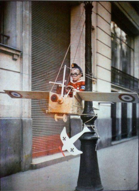 Autochrome of a kid playing in Paris - by Léon Gimpel - paris1914.com