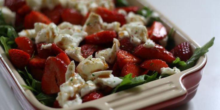 Jordbærsalat med brie og cashewnøtter - Lett, knallgod og sommerlig