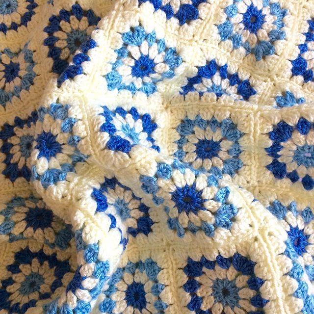 Bilgi ve siparis icin DM DM, for information and order Pattern/Motif: Flower Power Hook/Tig: 4,00mm #crochet#crocheting#yarn#knit#handmade#instacrochet#crochetblanket#grannysquare#flowerpowerblanket#babyblanket#koltuksali#dizbattaniyesi#bebekbattaniyesi#pattern#atelier#siparis#siparisalinir#yün#örgü#örgübattaniye#tigisi#grannysquaresrock#حياكة#صوف#hækle#haken#編み物#ganchillo#tejer#snoods