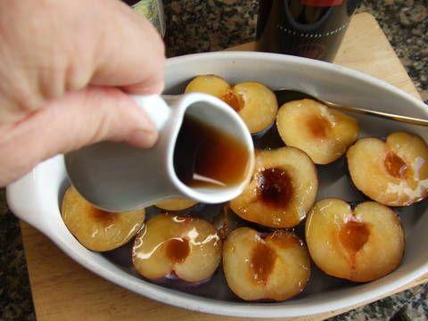 Fabulosa receta para Ciruelas asadas con crema de lima .  A quien no le gusta una deliciosa fruta horneada con vino dulce y sirope o miel. Es mejor tomarla templada para apreciar mejor los sabores y acompañada con una deliciosa crema de lima.