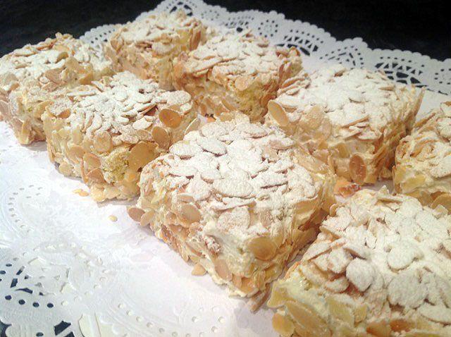 Hoy os presentamos unos riquísimos Pastelitos Sara de Mantequilla, una receta preparada con bizcochos individuales de mantequilla y almendras laminadas