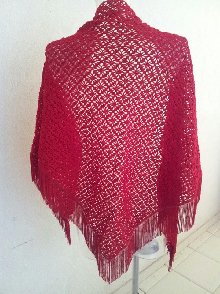 scialle in cotone realizzato ad uncinetto con frange in seta