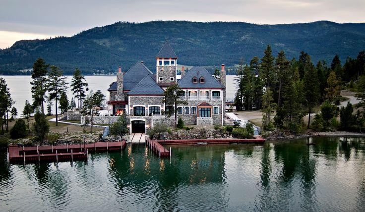 Shelter Island est une ile située dans le lac du Montana, plus précisément le lac Flathead : un lac reconnu pour être dans le top trois des plus propres du monde. Cette aire de montagnes majestueuses est formée sur une base de granit de 24 hectares.  Son prix de vente est estimé à 59.5 millions de dollars.