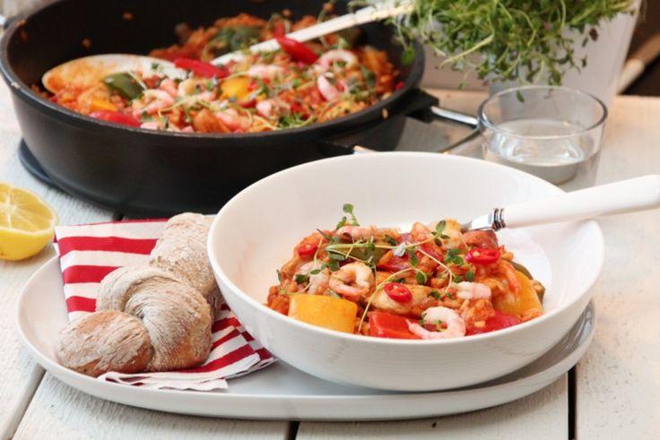 Jambalaya er en kreolsk risrett med røtter fra både det franske og det spanske kjøkkenet. Alt lages i samme gryte, og får kose seg på lav varme mens de gode smakene får satt seg. Her er min vri på …