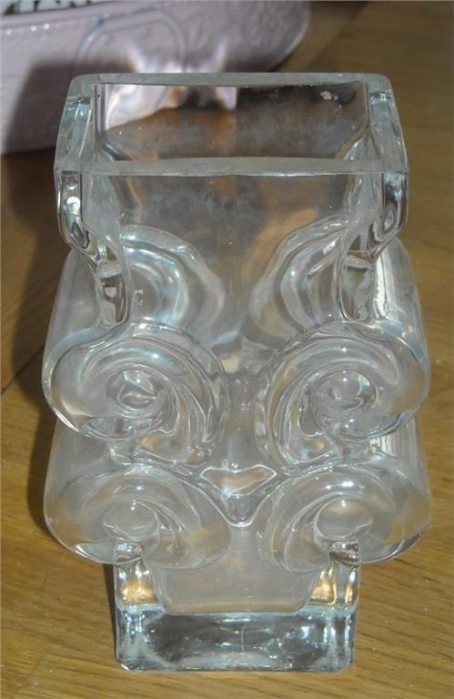 Vacker vas i klarglas av Lars Hellsten för Skruf glasbruk. Signerad i botten. Höjd 16 cm. Tung! 1,2 kg. Behöver putsas invändigt.