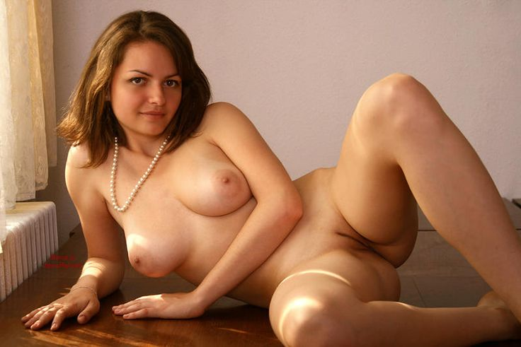 Full frontal nude amateur girl