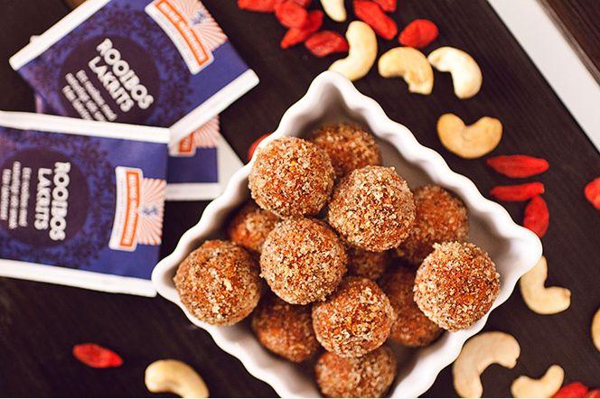 Salta kolabollar med lakrits-touch  Favoritbär och nötter blötlagda i starkt bryggt te med lakritssmak, blandat med andra fina ingredienser och rullat till bollar som slutligen täcks av en sötsalt coating. Så enkelt, så gott!