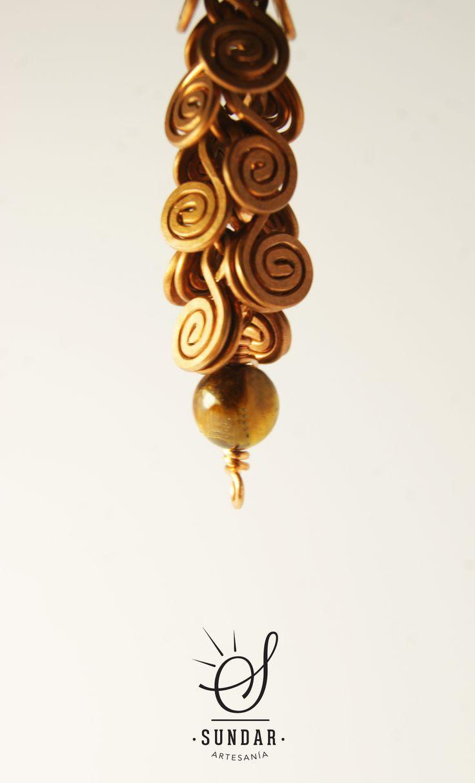 Aro de cobre con piedra ojo de tigre. 9 cm de largo.