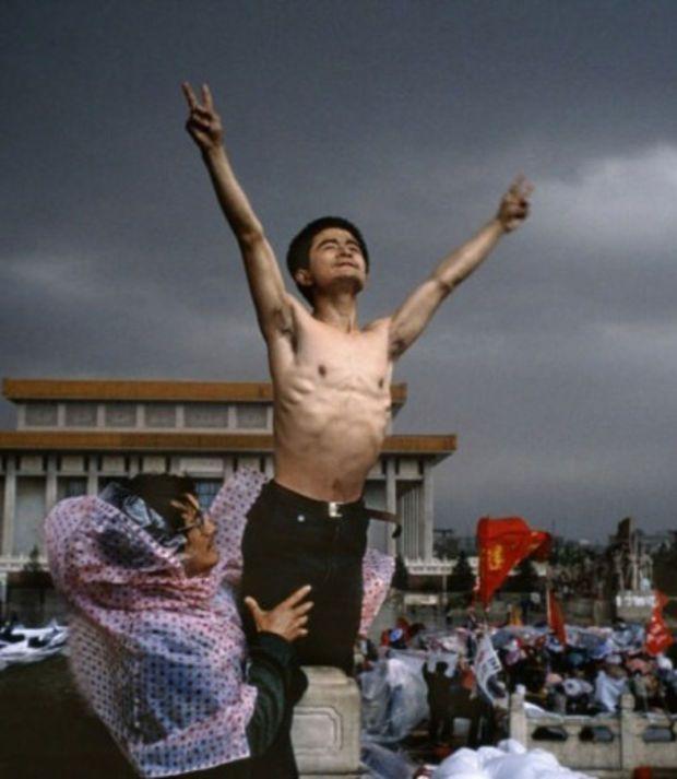 Un manifestant sur la place Tiananmen à Pekín en 1989