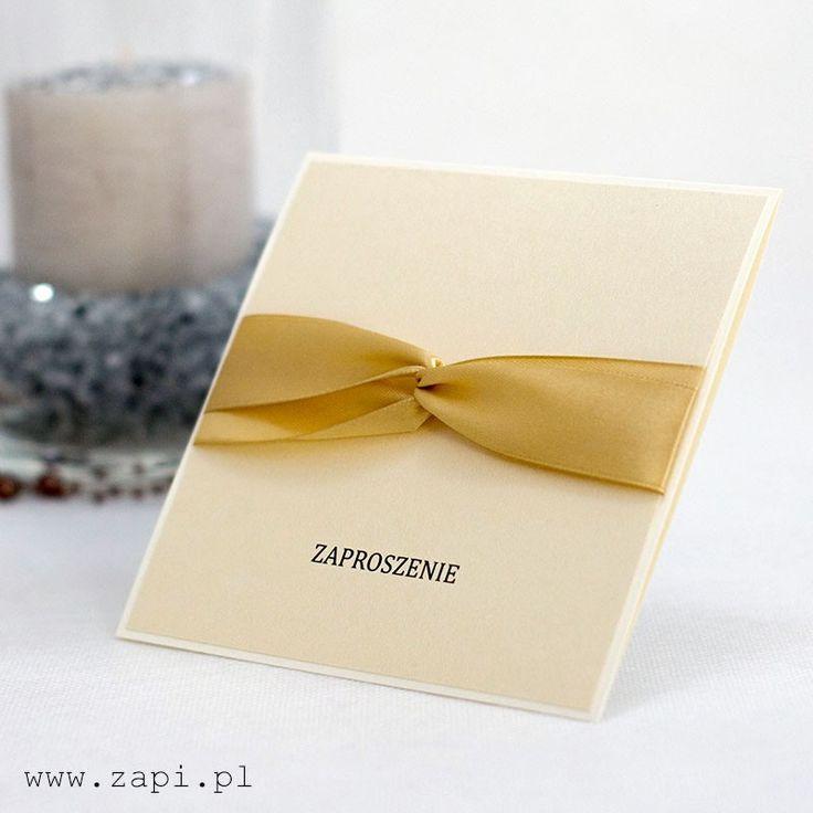 Zaproszenie ślubne w kremowej barwie z satynową tasiemką dekoracyjną.