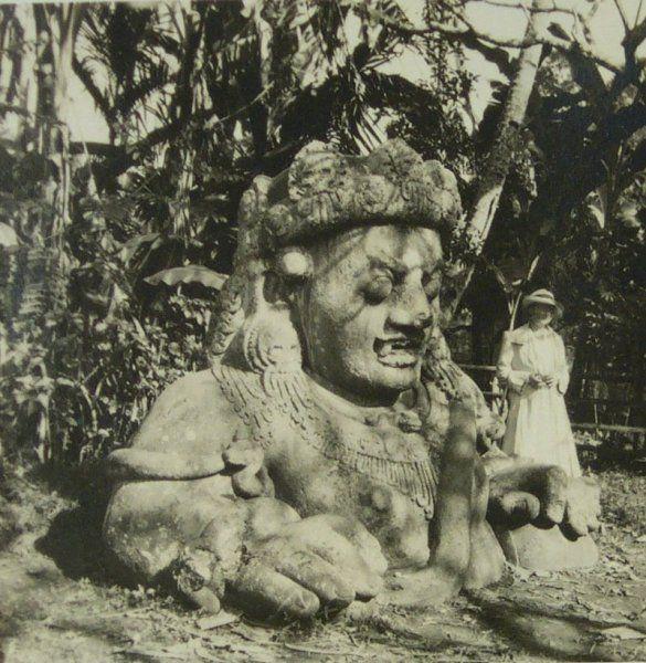 Seorang wanita Eropa berdiri didekat patung di Singosari, 1922.