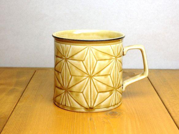 黄瀬戸釉に手彫の麻の葉柄を施したマグカップです。彫った部分に釉薬が溜まり濃淡、ムラが自然にでる仕上げになっており、一点ずつ微妙に色合いが違います。口元部分は装...|ハンドメイド、手作り、手仕事品の通販・販売・購入ならCreema。
