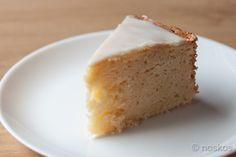 Een lekkere luchtige citroen yoghurt cake met volle Griekse yoghurt en citroen glazuur. Een week houdbaar in de koelkast.