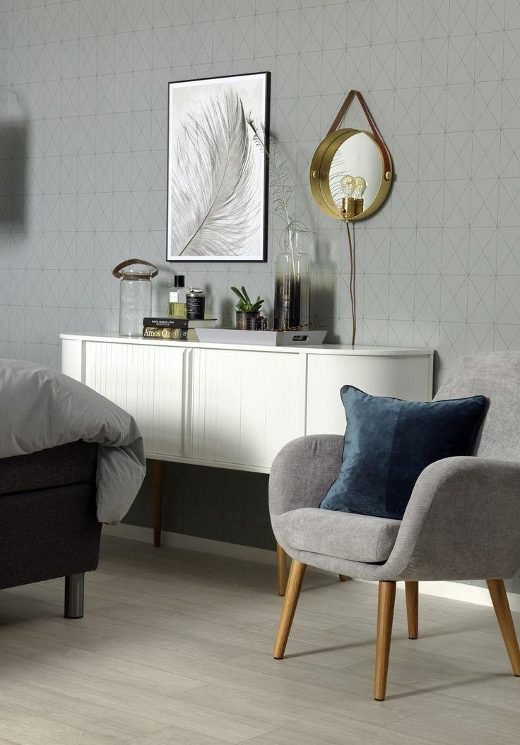 Retromodernt med Form sideboard, snygg och praktisk i sovrummet. Sally fåtölj. Em home