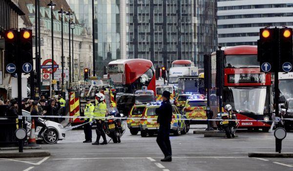 Pred britským parlamentom sa strieľalo!