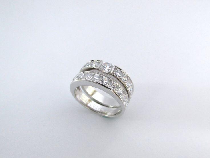 ¿Te gustan los diseños contemporaneos? Este precioso juego es ideal para compromiso y matrimonio fabricado a mano en oro blanco de 18k puedes elegir las piedras que quieras. R929 #duranjoyerosbogota #joyasbogota #hermosasjoyas #renovamostujoyero #hechoamano #fabricaciondejoyas #oro #anillosdecompromiso #compracolombiano #colombia #gold #handmade #jewelry #novias #matrimonio #piedraspreciosas #diamante #piedrassemipreciosas