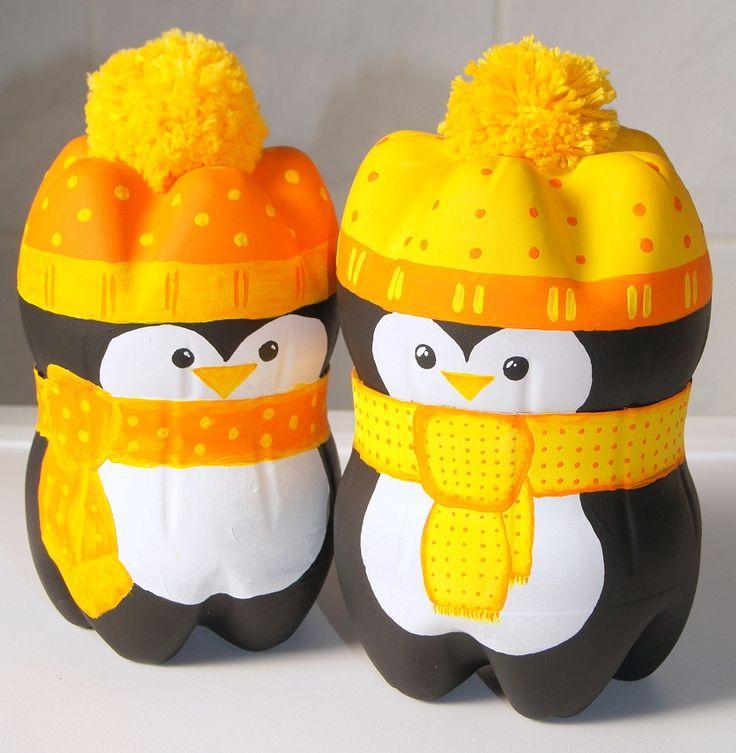 Ich hatte es ja versprochen und jetzt gibt es für euch eine Anleitung für die Pinguine.     Ihr braucht:     2 Plastikflaschen die un...