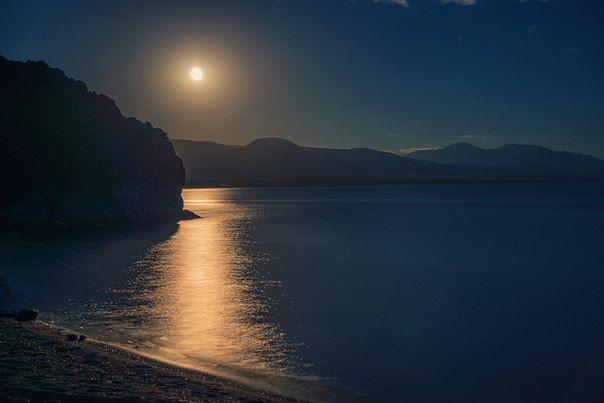 Восход луны над гладью озера Толбо-Нуур, Монголия. Автор фото – Светлана Казина: nat-geo.ru/photo/user/30896/