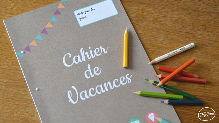 Cahier de vacance et crayons de couleur