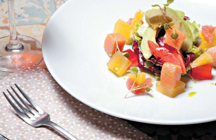 Receta de ensalada de fresa con salmón. #RevistaAmiga #CocinaDeAmiga #ComidaSaludable #Recetas