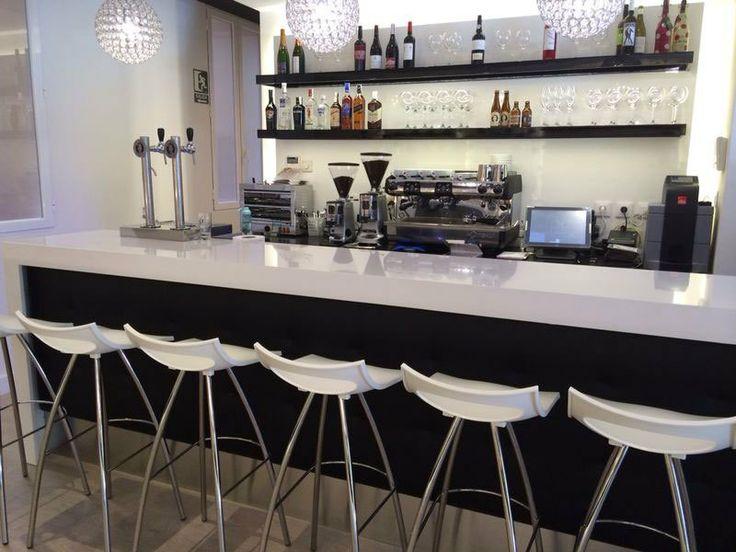 PASTELERÍA MANOLO C/ Conde Peñalver, 68 Madrid. En ella hemos realizado todas las vitrinas, muebles traseros y barra de cafetería.