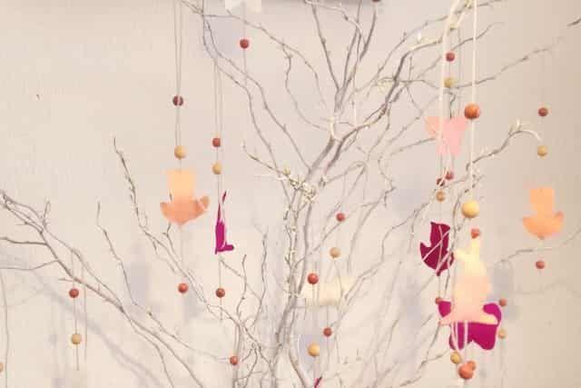 Op zoek naar hippe paastakken voor op tafel? Overweeg dan eens deze witte paastakken met zelfgemaakte houten en vilten hangers. Weer eens wat anders dan een paastak vol eieren. https://www.mamaliefde.nl/blog/witte-paastakken-decoratie/