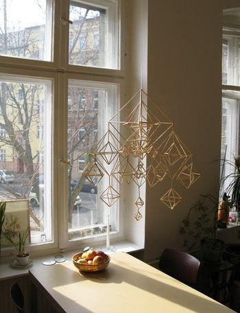 窓辺の演出に。ヒンメリとキャンドル。 心癒されるアイテムがあるだけで、温もりある空間に。