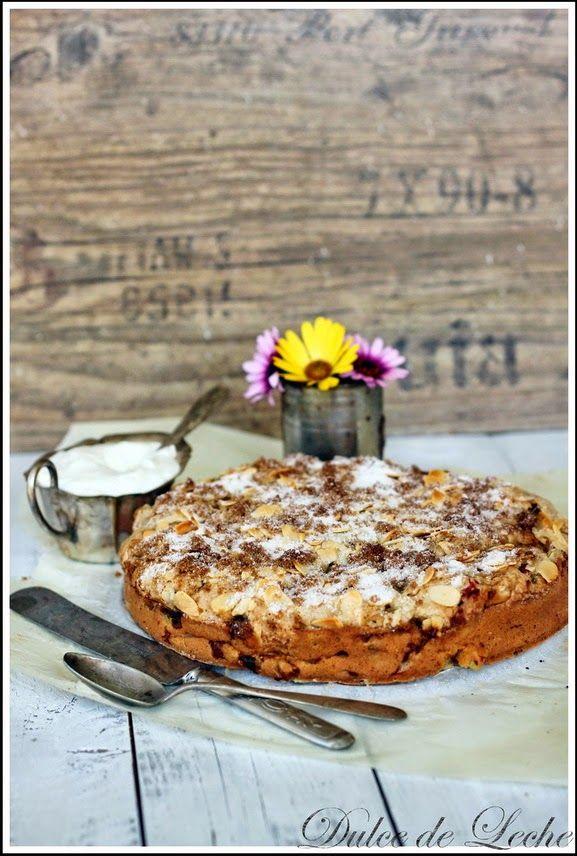 Rebarborová sezóna je v plnom prúde ,tak prečo ju nevyužiť ?................    Napríklad v tomto super šťavnatom koláčiku so super chr...