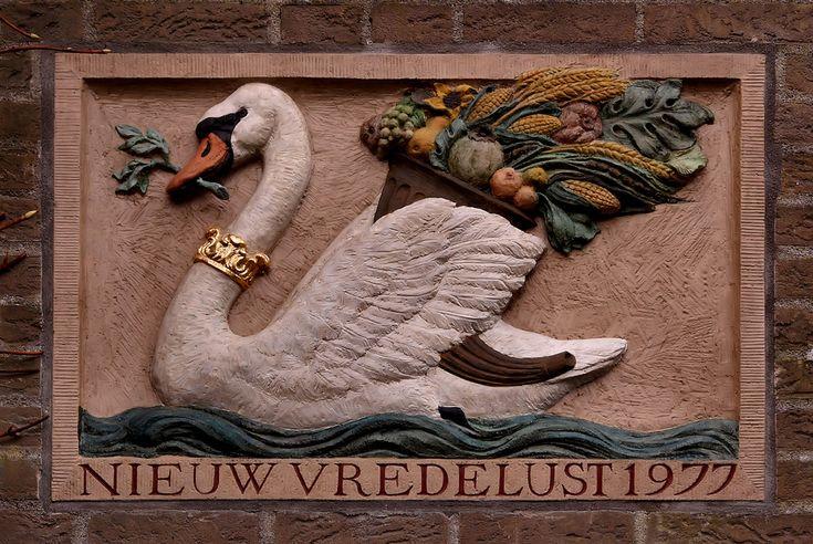 Gevelsteen Nieuw Vredelust, Bosplaat 74, Amsterdam Noord. Photo by Pancras van der Vlist.