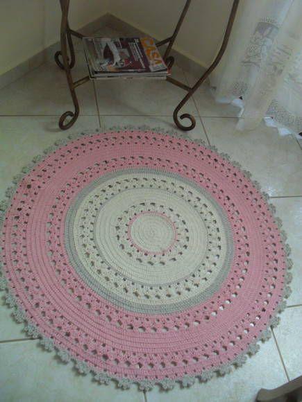 Tapete redondo nos tons crú,cáqui e rosa b.b, ótimo para quarto de meninas, super delicado, faço nas cores e tamanho de sua prefêrencia.