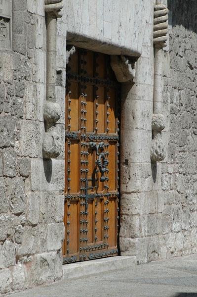 En esta casa de los Condestables de Castilla recibieron los Reyes Católicos a Cristobal Colón que volvía de su segundo viaje al nuevo mundo y le confirmaron todos sus privilegios, el 23 de Abril de 1497. Burgos, Castilla y León, lugares con encanto.