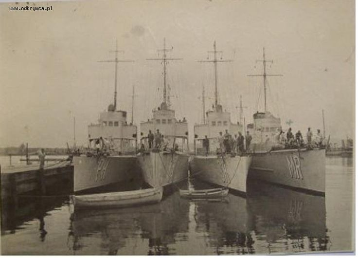 ORP Mazur (far right). Photograph taken c. 1932.
