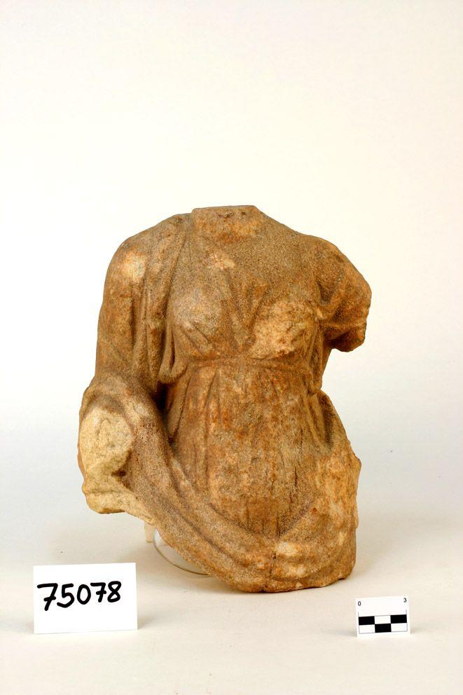 Escultura femenina romana con túnica y manto, realizada en mármol. Encontrada al realizar obras de alcantarillado en Alhama de Almería (Almería). Romanización.