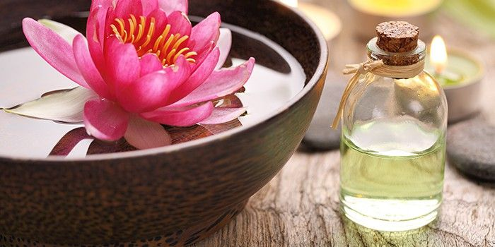 Цветок лотоса и баночка с эфирным маслом